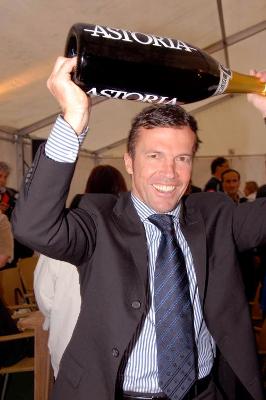 Bundeswirtschaftsminister Guttenberg feiert das Ende der Wirtschaftskrise